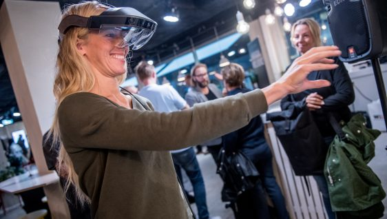 Person som provar Augmented Reality